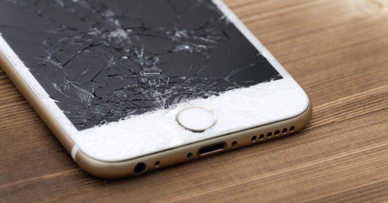 Vỡ màn hình cảm ứng gây khó khăn trong việc sử dụng và làm loạn cảm ứng.