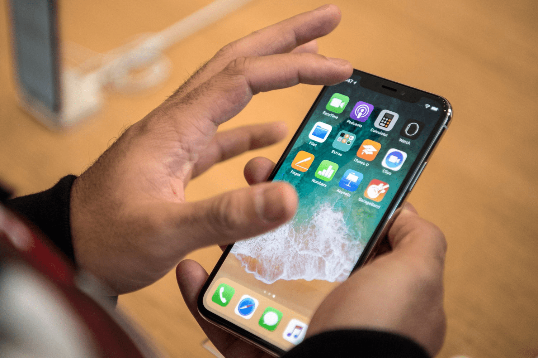 Nhẹ nhàng ấn xuống màn hình iPhone X của bạn