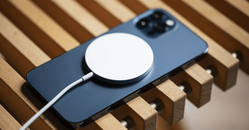 IPhone 12 không kèm bộ sạc với mục đích bảo vệ môi trường
